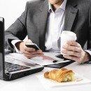 ¿Sueles comer en tu escritorio? Entérate de las consecuencias